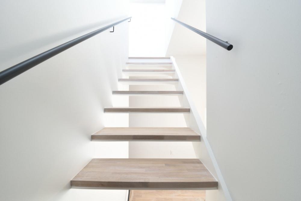 その光の先には何が・・・。みたいな階段|シェアハウスZEZE大阪