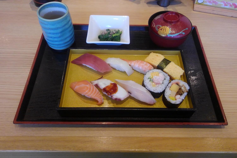 お寿司|シェアハウスZEZE大阪